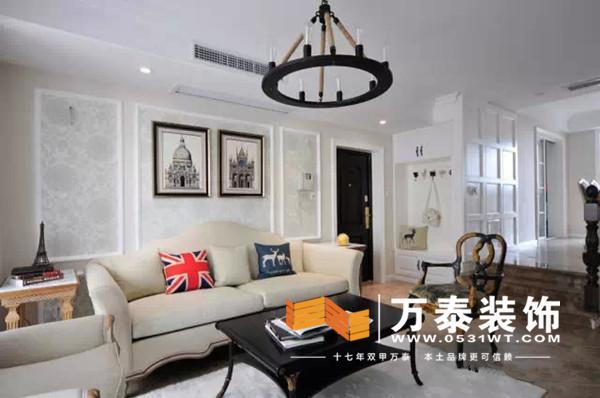 房子是个错层的户型,客厅和餐厅之间有台阶