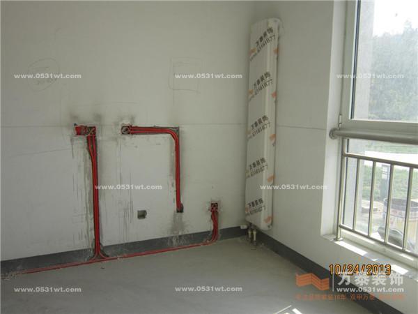 龙骨稳定性,水电路改造及防水施工       万泰装饰工人正在测量吊顶