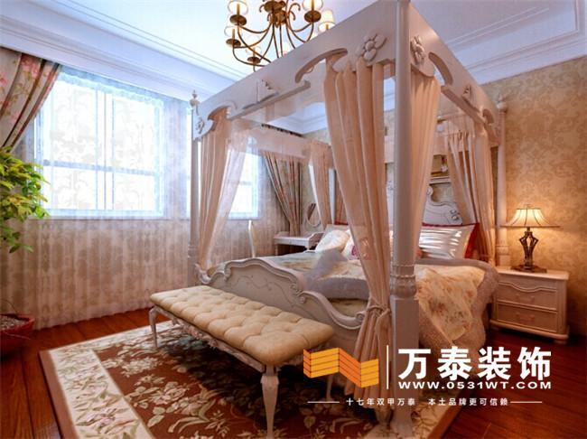 沙发背景墙跟影视墙沿用轴线对称的设计