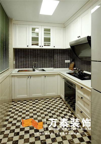 白色l形橱柜与黑白相间的格子地面相搭,让这间美式厨房显得格外别致.