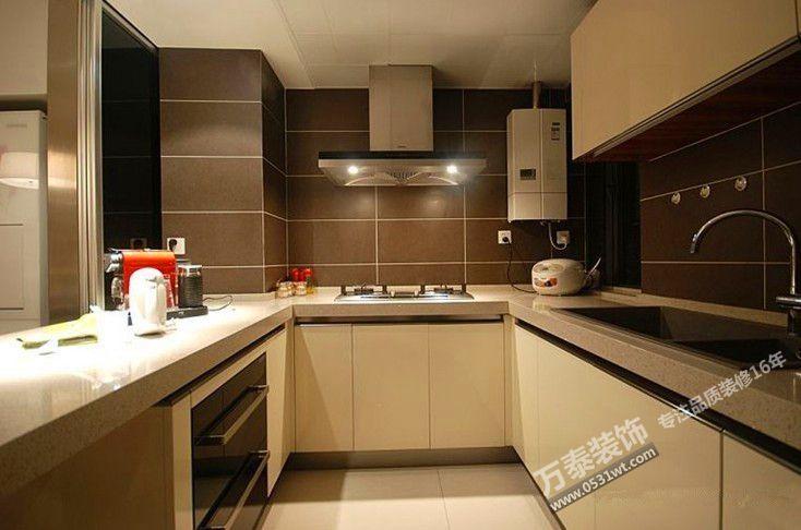 整体厨房是将厨房作为一个整体来看待。根据厨房操作特点,以橱柜为载体,将家具、电器、烟机、灶台炊具、燃器具、水盆等合理安置,兼具烹饪、洗涤、料理、贮藏和垃圾收集等功能的有机整体。有机地将厨房内的能源、上下设施合理结合,既完成烹调工作,对人体无害,又能同时具备美化环境装饰功能。