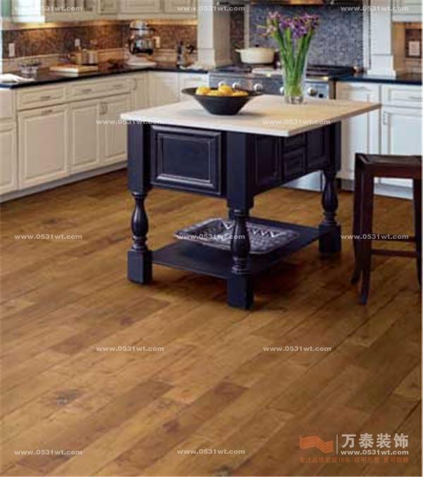 """平时可以用吸尘器或扫帚清扫表面灰尘,再用浸湿后拧干至不滴水的抹布或拖把擦拭地板表面。拖地后最好打开门窗,让空气流通,也可用电扇吹,尽快将地板吹干。此外,要避免复合木地板耐磨层受损,否则地板的防潮功能和光亮度将受影响。在地板上行走时尽量穿布拖鞋,给家具的脚都贴上软底防护垫,避免家具的""""脚""""刮花地板耐磨层,别让很重的物品砸坏耐磨层。不能使用砂纸、打磨器、钢刷、强力去污粉或金属工具清理复合木地板。如果家中养猫,要想办法解决猫爪的破坏。建议不要打蜡。"""