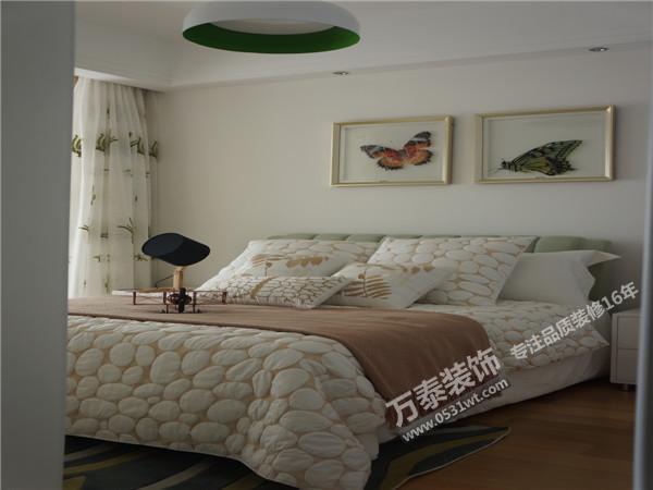 欧式古典风格的家居装修风格,一般大厅宽敞,窗户比较高大。这样,选择的窗帘应该更具有质感,比如考究的丝绒,真丝,提花织物。可以选用质地较好的麻制面料。颜色和图案也应偏向于跟家具一样的华丽,沉稳。暖红,棕褐,金色都可以考虑。这一类窗帘还会用到一些配件。比如装饰性很强的窗幔以及精致的流苏。都可以起到画龙点睛的作用。古典风格体现的是大方,大气与华丽之美窗帘搭配技巧1:黑红搭配可缓解失眠 如果说客厅窗帘要对客人说话,那么卧室的窗帘就是专门为主人设计的了。温馨、浪漫、私密的卧室空间中,窗帘除了装饰作用外,更主要的保护