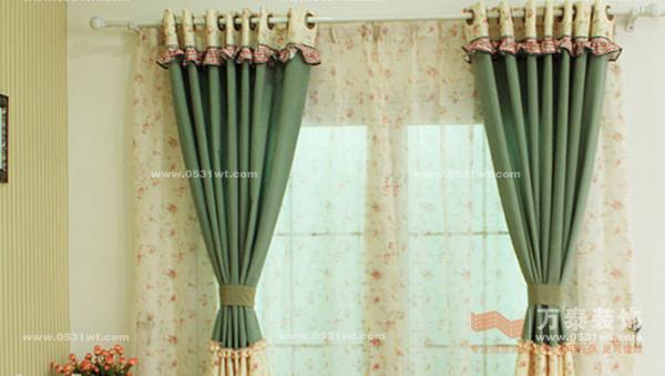 面对琳琅满目的窗帘布艺,千差万别的装饰风格,真的很难选择窗帘的风格,今天万泰小编给您介绍十二款不同风格的窗帘仅供参考:  这是一款采用混纺打褶的透光窗帘,时尚的韩式风格,纯色的爱心造型,双层简约布艺设计,清凉的春季,这款爱心小清新窗帘是小资生活的最爱。拥有它,会让你家居的格调更加清新随和。 飘窗清新田园窗帘  这是一款别致独特的气球帘,款式宁静清新,两个花色都是清秀甜美的典范,如果你厌倦了平淡的垂直帘,那么这一款一定会让你眼前一亮。 清新蕾丝窗帘  简约现代清新的蕾丝窗帘,是春季清凉风的主打,这一款半遮光
