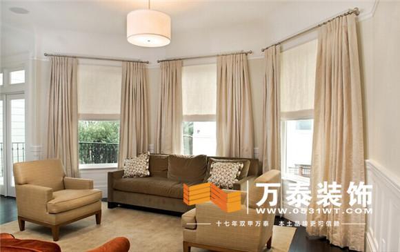 现代简约风格要体现简洁、明快的特点,所以在选择客厅窗帘时可选择纯布棉、麻、丝这样的材质,保证窗帘自然垂地的感觉。窗帘的颜色可以比较跳跃,但一定不要选择花较多的图案,以免破坏整体感觉,可以考虑选择条状图案。另外,在现代简约风格中,窗帘一定不要安装帘头,而窗帘盒也可有可无,安装简单的窗帘杆或滑道反而更能彰显其明快的风格。
