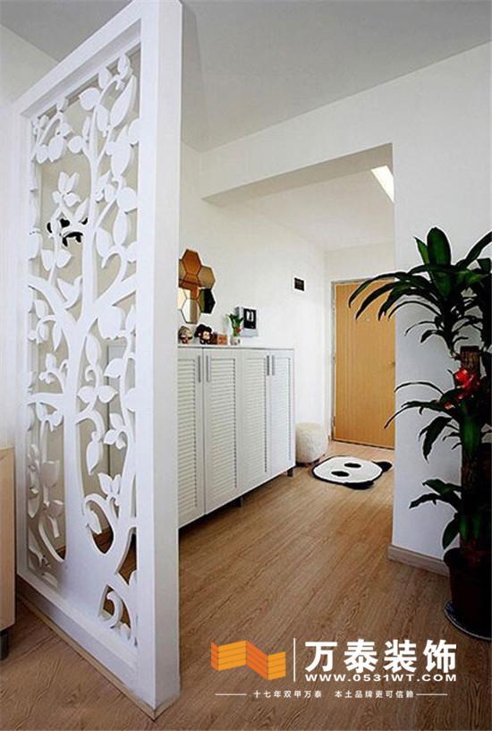 隔断,是家庭室内装修中最常用到的装饰形式,不仅可以划分区域空间,还能为家居装饰起到关键作用。一起来看看以下这些隔断设计吧,总有一款适合你! 【CASE1:客厅、餐厅隔断】  小编的话:这款有通透性的现代中式屏风,轻薄而不占地面面积。外框架采用与窗框涂料颜色一致的绿色,而中间主体具有古典韵味的木制雕纹,给整个餐厅的风韵都增分添彩了不少。