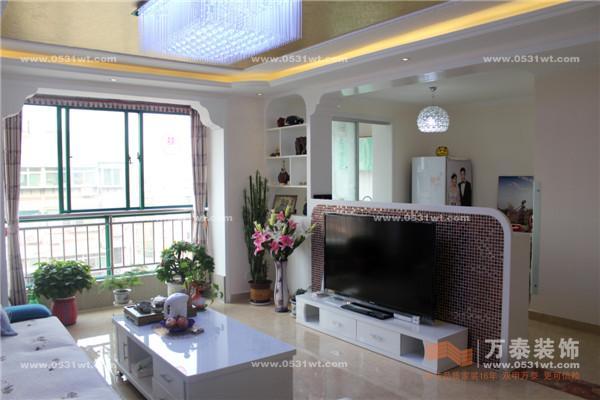 飘窗的设计,整个客厅比较明亮,便于采光,异性垭口的运用表现出欧式