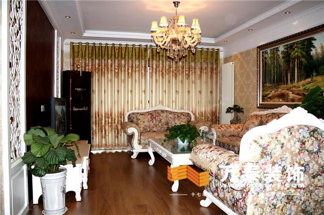 墙面满贴壁纸,地面满铺大板木地板,这个空间彰显大气,典雅,白象仿古