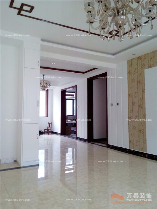 進戶門走廊位置做了造型讓客廳與