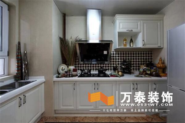 厨房用的白色模压门和白色台面