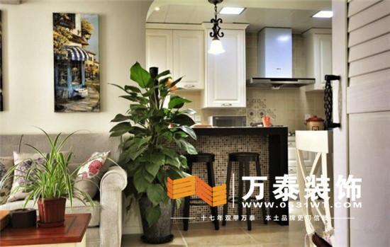 客厅沙发墙用吧台和开放式厨房隔断