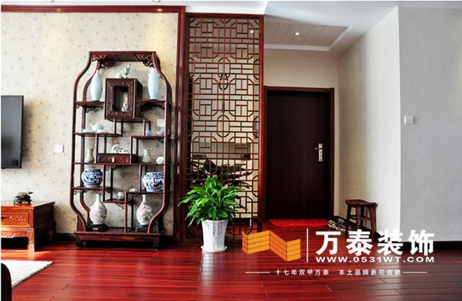 中国传统室内陈设包括字画,匾幅,挂屏,盆景,瓷器,古玩,屏风,博古架等