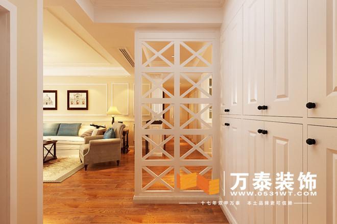 入户采用了玄关隔断的遮挡,规避了入户门冲卫生间门的风水上的忌讳
