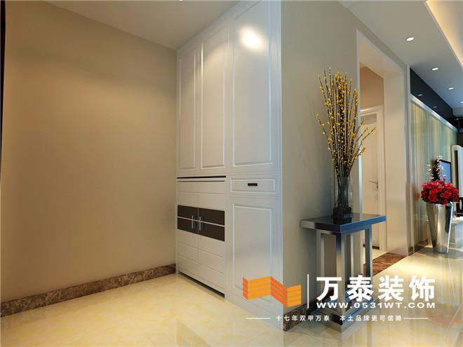 客厅影视墙和玄关对景墙的壁纸装饰遥相呼应,沙发背景的现代挂画,简洁