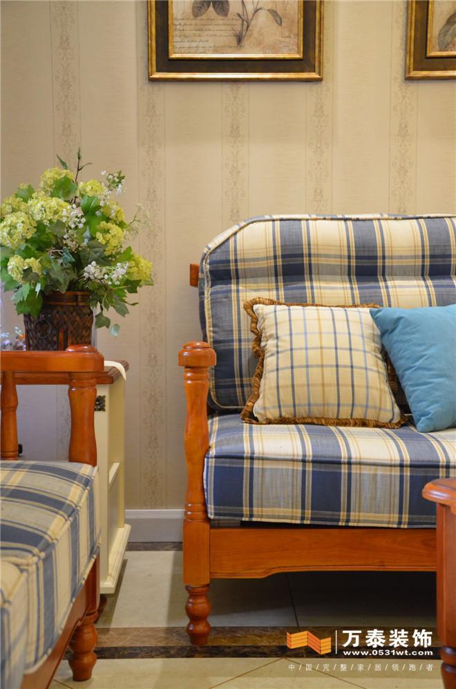客廳沙發背影墻:壁紙的大面積使用幾幅畫的點綴,讓這面墻點活了空間.
