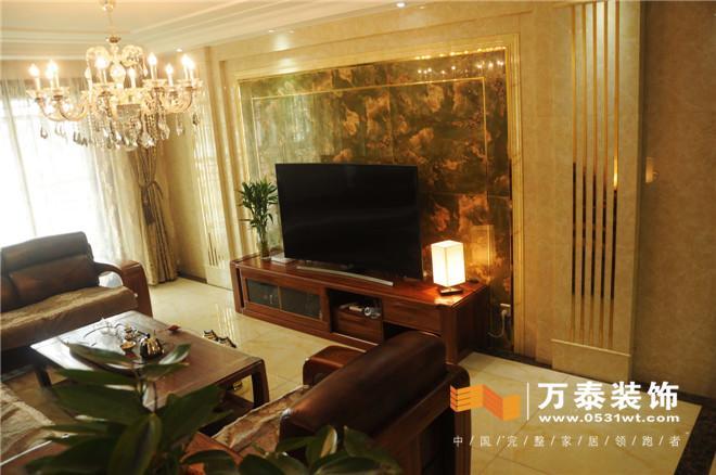 客廳沙發背影墻;簡答的墻面處理搭配著一幅山水畫,彌補了中式元素的
