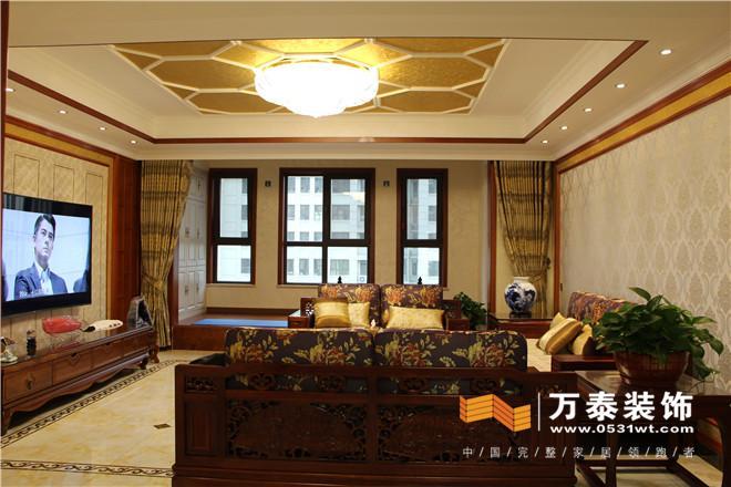 两侧配以木质花格,硬包的材质让影视墙从沉闷的木色