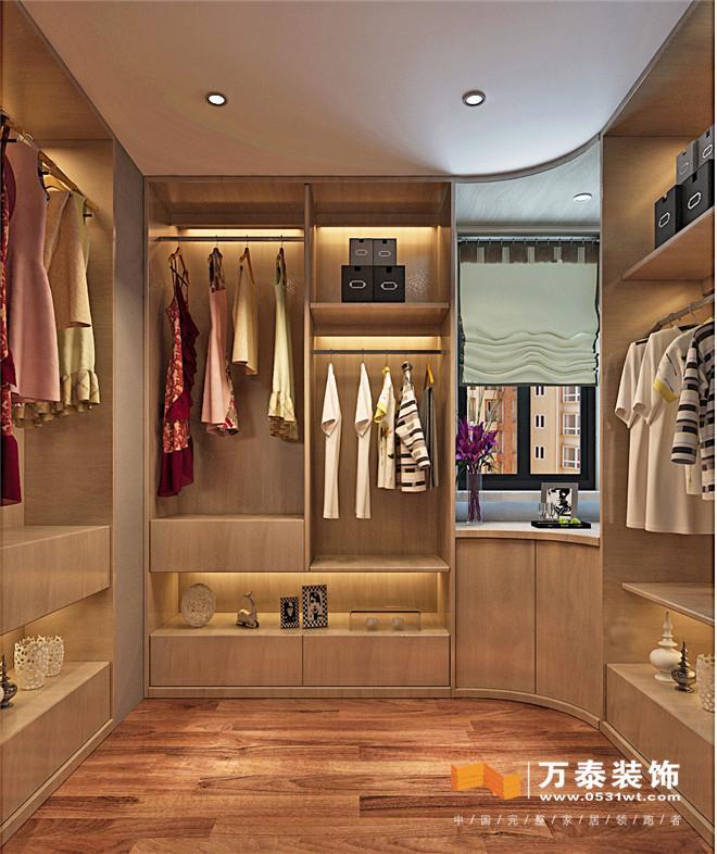 客厅:  沙发背景墙整体以硬包为主,以简单挂画做点缀,增加客厅空间的延伸性、空间感。电视墙两侧花格加镜面使空间更具通透性。客厅家具以金属线条框架为主,加上灰色软包,充分体会事业成功给他们带来的物质享受,以实现和满足他们突显自我的需求和对品质生活的向往。 餐厅:  家具线条简洁大方时尚,在现代中体现着庄重,在精致中展现着高贵。在追求外在表现的同时,亦努力为客户提供最佳的舒适度,以达到内在品质和外在表现的完美统一。 餐厅:  厨房:  厨房:  书房:  走廊:  卫生间:  主卧:  .