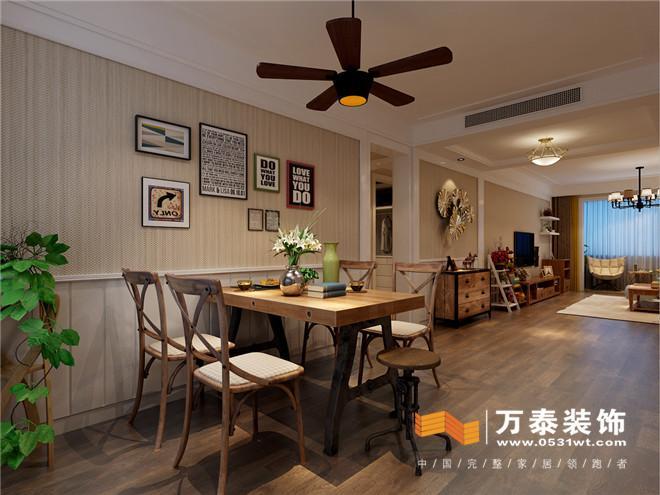 """客厅: 简单的影视墙设计符合""""轻装修,重装饰""""的设计理念."""