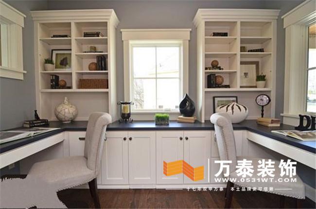 在长方形的房型内,双面书桌书架的设计基本用足了书房空间,淡粉色