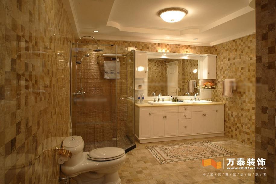 大空间的卫浴间可以选择安装壁灯,使用间接灯光造成强烈的灯光效果。在、坐便器、浴缸、花洒的顶位各安装一个筒灯,使每一处关键部位都能有明亮的灯光。除此之外,不需要安装专门的吸顶灯了,否则会让人有眼花缭乱的感觉。面积较大的卫浴间里还可以配上一道玻璃浴门,空间小的拉道浴帘也不错,或者在安放的一侧顶棚做个凹槽,选择自己所喜欢的光源类型,但最好避免太刺眼的颜色。从结构配置上看,多数浴柱都在顶部喷头附近设置了柔和的灯光,淋浴区无须再分装照明灯,即使浴帘遮住了部分灯光,洗浴的采光也不受影响。
