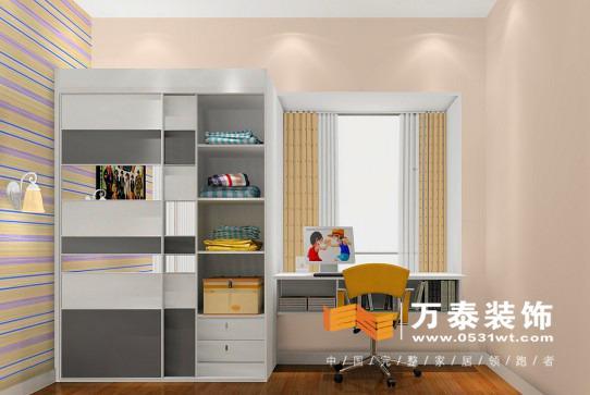 飘窗是家庭装修当中不尤为重要的一个部分,良好的采光,时尚的造型,飘窗设计的好会让整个房间非常出彩。但是万泰装饰小编发现,有大部分的飘窗都被业主用作了收纳储物,而在万泰装饰却有很多优秀装修设计师因为飘窗的种种有利条件,将这里设计成了窗台书桌。这是一种将实用性与科学相结合起来的设计,节省了空间,增加了空间的延展性。济南装修业主不妨跟着万泰装饰小编一起看看吧。  在这套济南的装修案例中,设计师将整个房间定义为美式现代风格,提取了美式风格中沉稳的部分,飘窗改造书桌的部分强调生活剔除浮夸的羁绊,搭配上旁边的嵌入式书