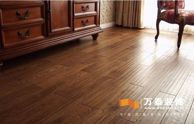仿古地板是木质地板的表面用艺术形式通过特殊加工成具有古典风格的地板。它是20世纪70年代起源于欧美地区的,现在人们都喜欢美式欧式风格的装修,自然会用到仿古地板。那就让万泰装饰小编来给济南装修业主讲讲仿古地板的有关知识吧。  仿古地板的工艺有好多种:第一种是纯手工雕刻:纯手工雕刻,它立体感强,富于变化;第二种是板面效果:板面效果很好,针孔少,但是需要雕刻师纯手工操作,动作很慢;第三种是纯手工擦色:板面颜色都是手工擦的,个人手法的不同使板面吸收后颜色看起来很逼真;第四种是地板六面封漆:它不会吸湿水份,不会出现