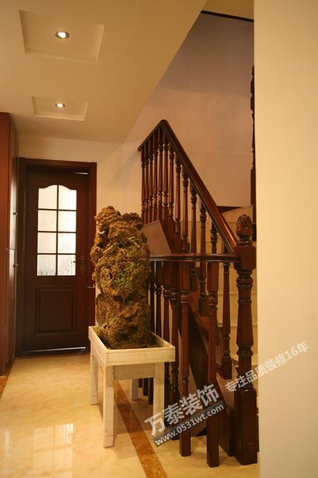 中式的设计元素在本案随处可见,红酸枝的红木家具 ,客餐厅大门套上&lt