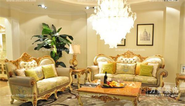 如何选购欧式家具?  一忌色彩太多。现在不少顾客都是先选家具,随后再定家装风格,那在搭配空间时就要注意,最好采用与家具同色系的颜色作为主色调,在此基础上适当添加柔和对比色或者中间色的配饰,才能营造出优雅和谐的氛围。专家特别推荐米兰白,因为它具有更好的亲和力与可塑性,能搭配的色彩范围更广,并且这种清爽柔婉的色调缓和了欧式风格的沉重感,更适合年轻一代消费者的需求。