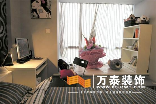 它既不怕潮,坐在上面又不会很凉,而且价格不贵,如果家中有剩余地板的话正好可以物尽其用,既节约成本又可使房间的整体风格实现统一。用复合地板一定要和整体的设计相协调,也很好看,一定要注意,在装潢设计之前就一定要把飘窗的设计弄好,和地板有一个很好的衔接,收边的时候可以用实木,这样效果极佳,如果家中有剩余地板的话正好可以物尽其用。